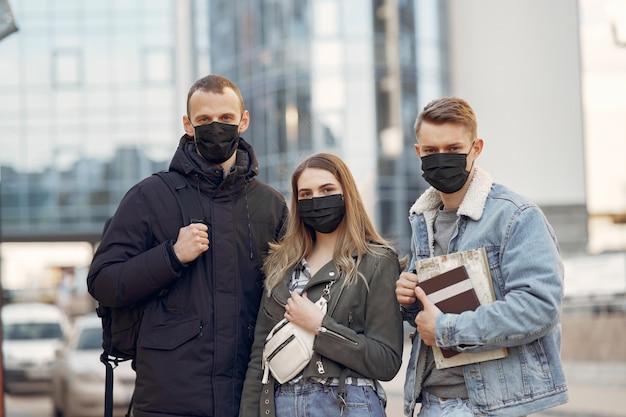 Ludzie W Maskach Stoją Na Ulicy Darmowe Zdjęcia