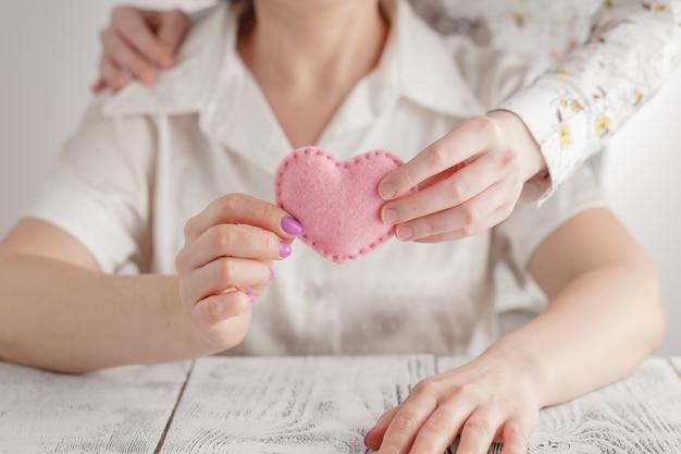 Ludzie, Wiek, Rodzina, Miłość I Opieki Zdrowotnej Pojęcie, - Zakończenie Starszy Kobiety I Młodej Kobiety Up Wręcza Mieniu Czerwonego Serce Premium Zdjęcia