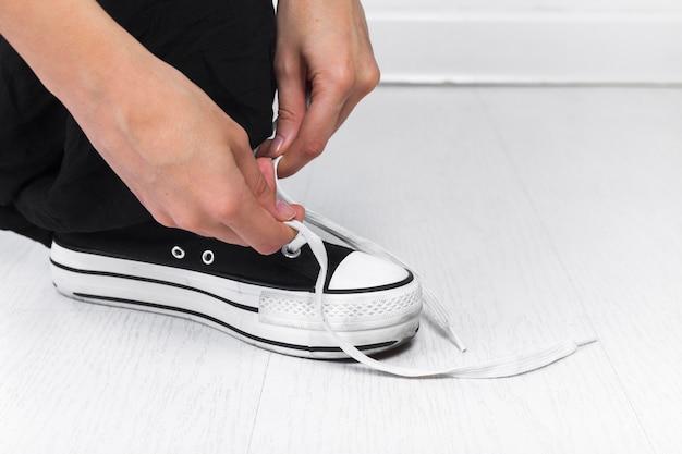 Ludzka Ręka Wiąże Shoelace Darmowe Zdjęcia