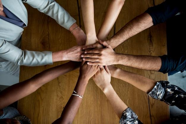 Ludzkie Ręce Razem Trzymając Się Razem Premium Zdjęcia