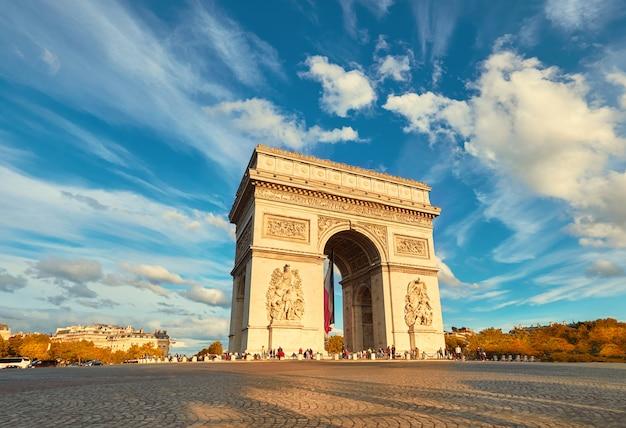 Łuk triumfalny w paryżu z pięknymi chmurami za jesienią Premium Zdjęcia