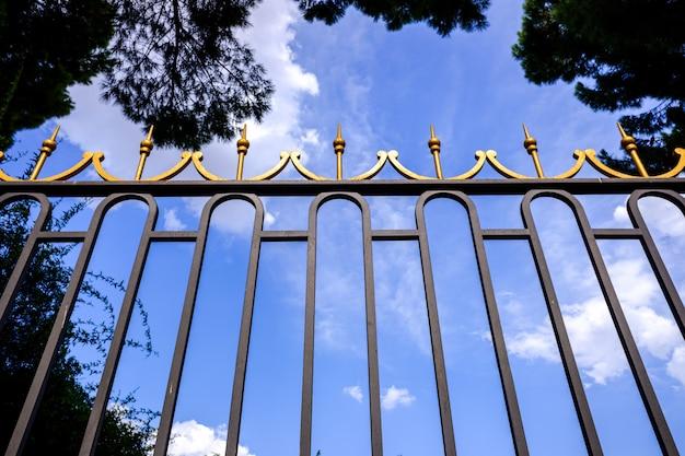 Luksusowa brama dla rezydencji bogatych ludzi w celu ochrony ich bogactwa. Premium Zdjęcia