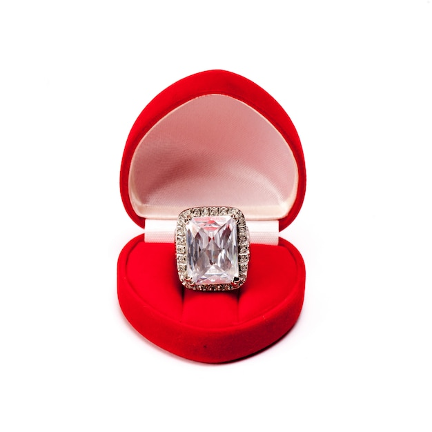 Luksusowa diamentowa obrączka w pudełku z jedwabiu red velvet wykorzystywana do zaangażowania w miłość Premium Zdjęcia