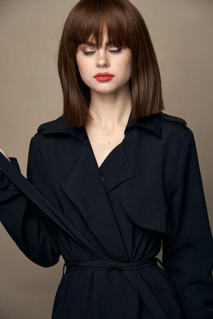 Luksusowa Kobieta Czarny Płaszcz Czarujący Uśmiech Uśmiechnięte Studio Wolne Miejsce Premium Zdjęcia