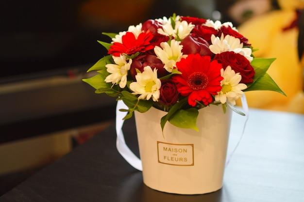 Luksusowa Kompozycja Kwiatowa. Kwiaty W Pudełku. Romantyczny Prezent Kwitnący. Premium Zdjęcia