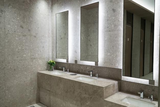 Luksusowa łazienka w centrum handlowym Premium Zdjęcia
