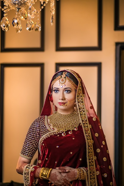 Luksusowa Piękna Dziewczyna Pozuje W Stylu ślubu Premium Zdjęcia