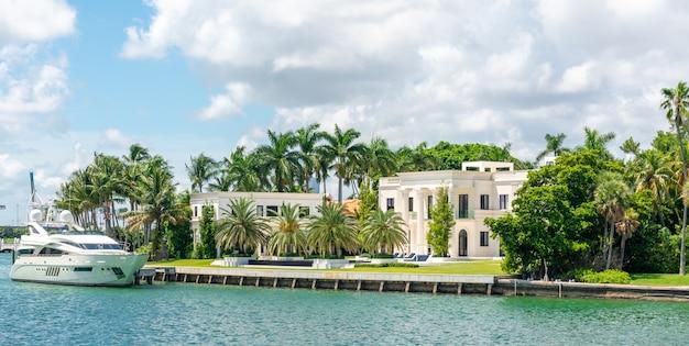 Luksusowa rezydencja w miami beach na florydzie w usa Premium Zdjęcia