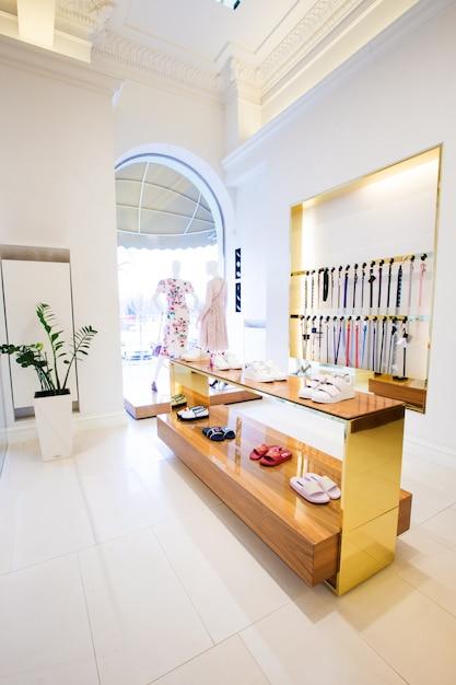 Luksusowe Akcesoria I Wnętrze Sklepu Z Ubraniami Premium Zdjęcia