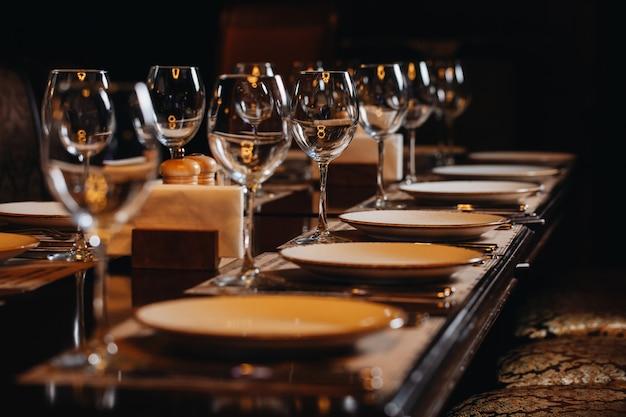 Luksusowe Naczynia Stołowe Piękne Nakrycie Stołu W Restauracji Premium Zdjęcia