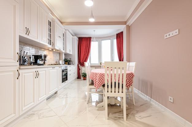 Luksusowe nowoczesne białe wnętrze kuchni Premium Zdjęcia