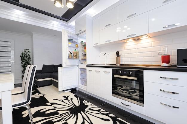 Luksusowe Nowoczesne Czarno-białe Wnętrze Kuchni Premium Zdjęcia