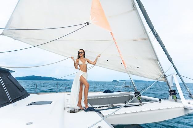 Luksusowy Jacht Podróżny. Młoda Kobieta Cieszy Się Słonecznych Dni Na Jachcie Morze. Premium Zdjęcia