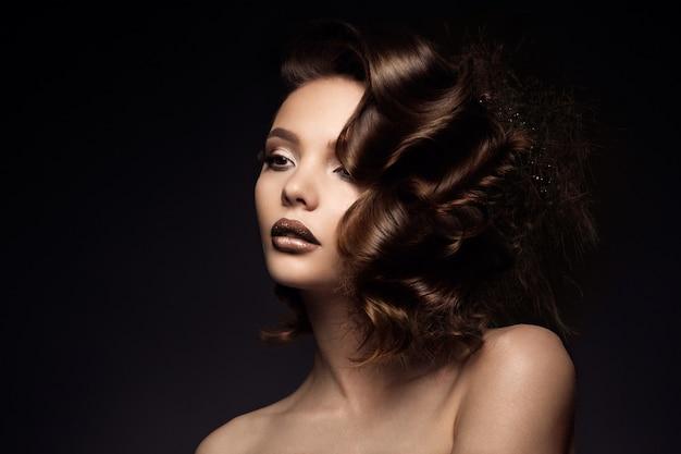 Luksusowy kobieta portret z perfect włosy Premium Zdjęcia