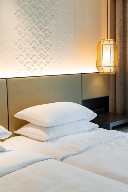Luksusowy Pokój Hotelowy Z Miękkimi Poduszkami Premium Zdjęcia