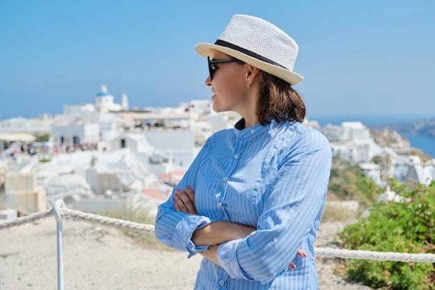 Luksusowy Rejs Wakacyjny Dojrzałej Kobiety, Odwiedzającej Wyspę Santorini Premium Zdjęcia