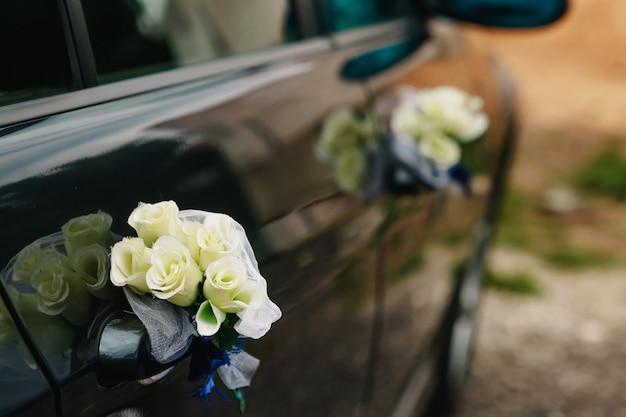 Luksusowy samochód ślubny ozdobiony kwiatami Premium Zdjęcia