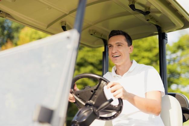 Luksusowy Styl życia Happy Golfer Man In Golf Car. Premium Zdjęcia