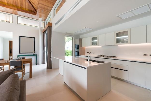 Luksusowy wystrój wnętrz w części kuchennej z licznikiem wyspowym i wbudowanymi meblami Premium Zdjęcia