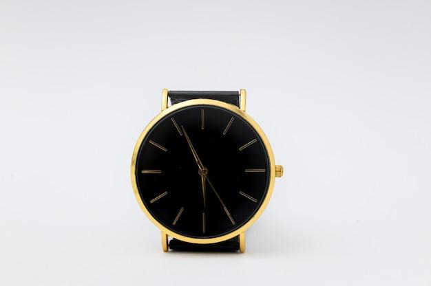 Luksusowy Zegarek Na Białej ścianie Premium Zdjęcia