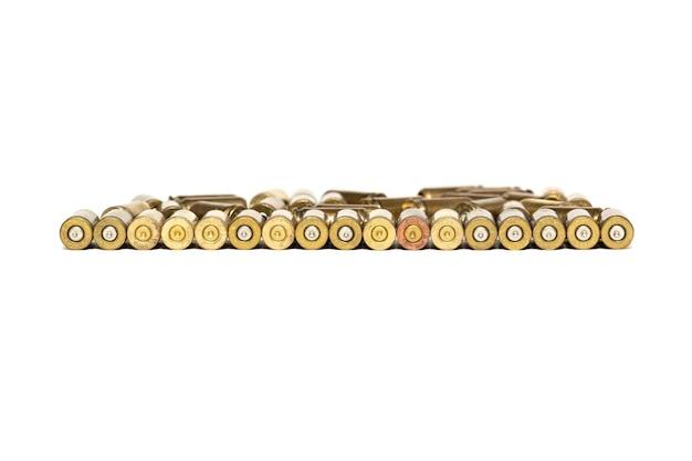 Łuski Z Nabojami Pistoletowymi Są Izolowane Na Białym Tle Premium Zdjęcia
