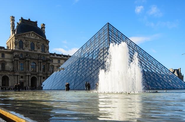 Luwr w paryżu Premium Zdjęcia