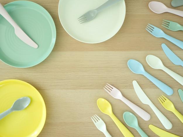 Łyżka widelec nóż kolorowy na drewnianym Premium Zdjęcia