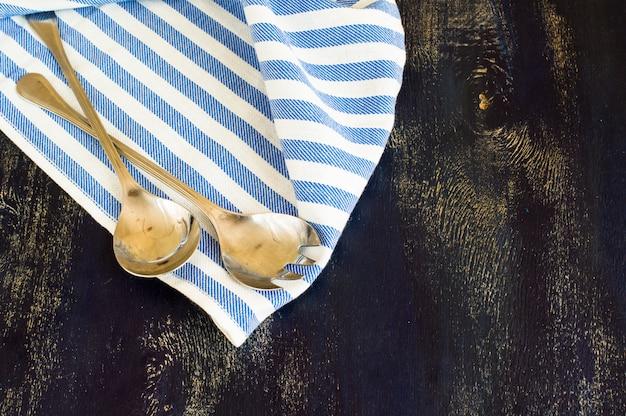 Łyżki Sałatkowe Na Serwetce Premium Zdjęcia