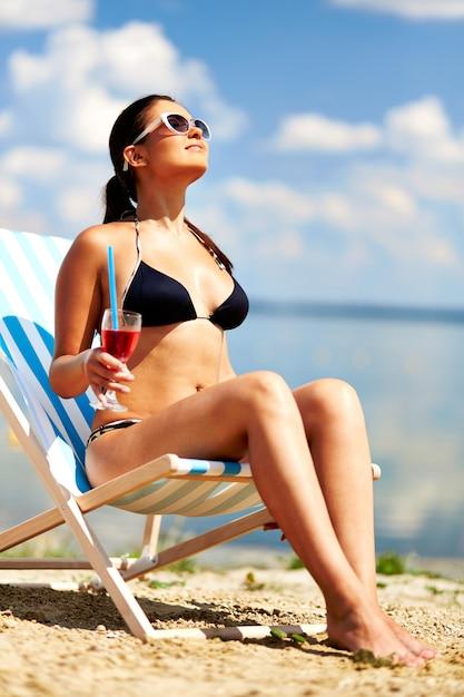 Młoda kobieta w stroju kąpielowym Darmowe Zdjęcia