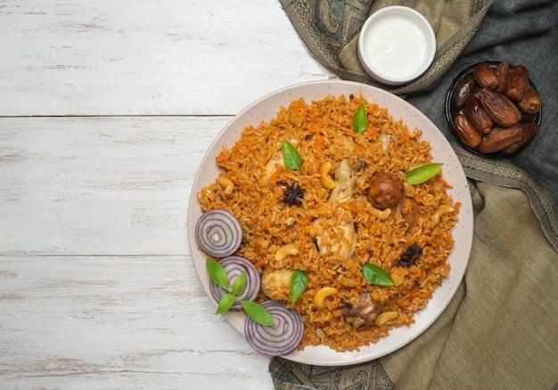 Machboos Z Kurczaka (bahraini Spiced Chicken And Rice). Premium Zdjęcia