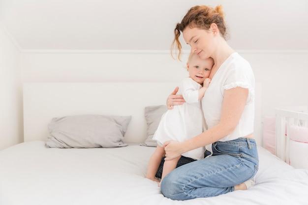Macierzystego Przytulenia śliczna Dziewczynka W Domu Premium Zdjęcia