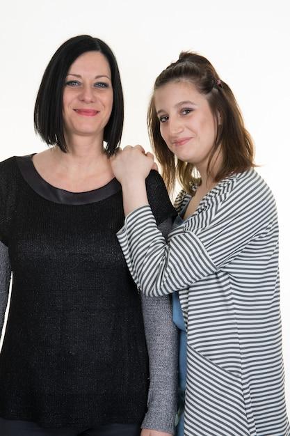 Macierzysty I Nastoletni Córka Portret Odizolowywający Na Bielu Premium Zdjęcia