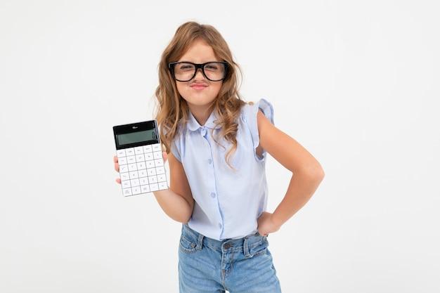 Mądrze Nastoletnia Dziewczyna Trzyma Kalkulatora W Ręce Na Białym Tle Z Kopii Przestrzenią Premium Zdjęcia