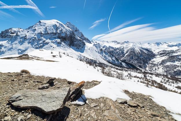 Majestatyczne szczyty górskie w alpach Premium Zdjęcia