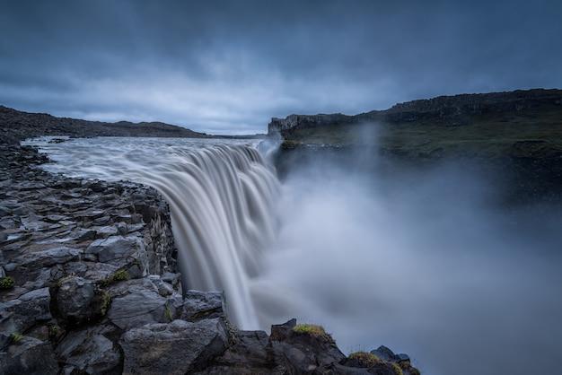 Majestatyczne Wodospady Na Skalistym Terenie Darmowe Zdjęcia