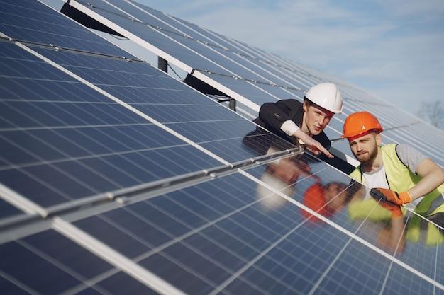 Majster I Biznesmen W Stacji Energii Słonecznej. Darmowe Zdjęcia