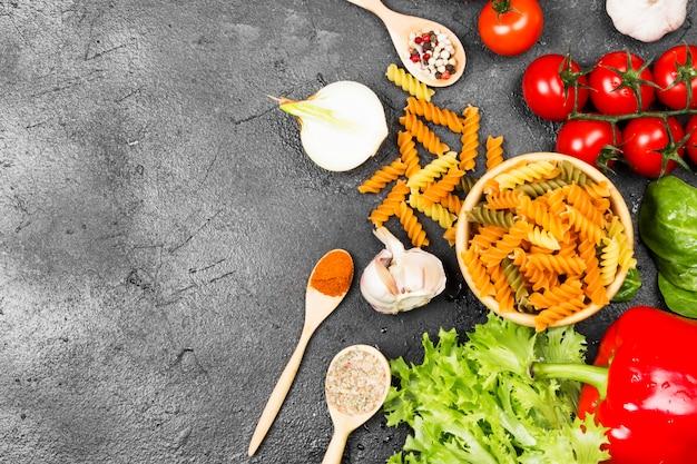 Makaron fusilli ze szpinakiem i pomidorami Premium Zdjęcia