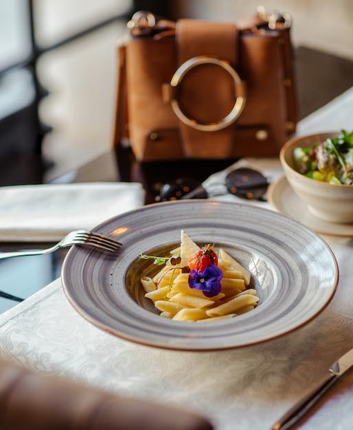 Makaron Penne Z Parmezanem W Ceramicznym Talerzu W Luksusowej Restauracji Darmowe Zdjęcia