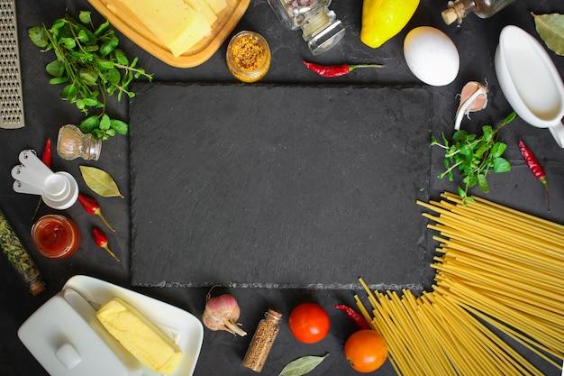 Makaron, Spaghetti Lub Bucatini I Składniki Sosu Pomidorowego. Tło żywności. Kopia Przestrzeń Premium Zdjęcia