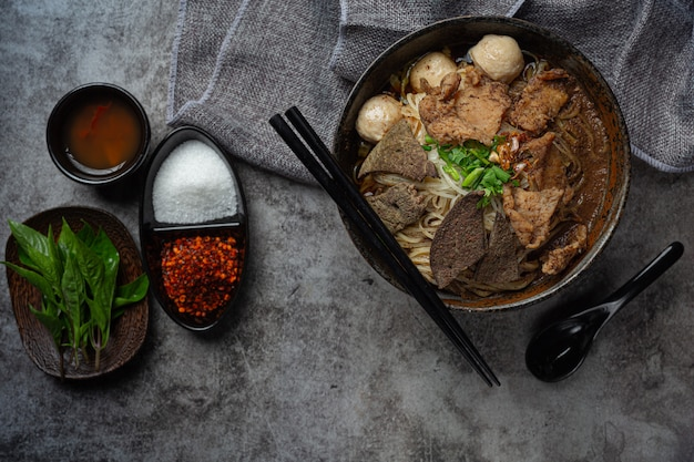 Makaron Wieprzowy Z łodzi, Klasyczne Tajskie Jedzenie I Popularne Menu Oraz Gotowe Do Spożycia Zupy. W Misce Jest Też Bazylia. Darmowe Zdjęcia