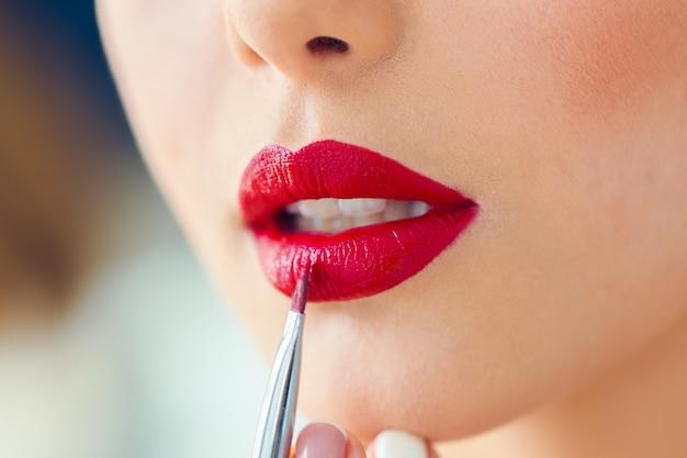 Make up artist robi profesjonalny makijaż młodej kobiety Premium Zdjęcia