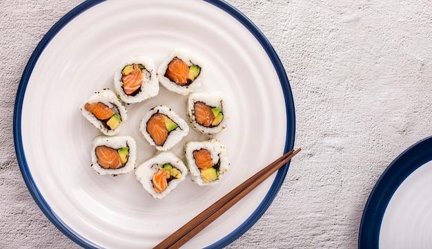 Maki sushi z pałeczkami Darmowe Zdjęcia