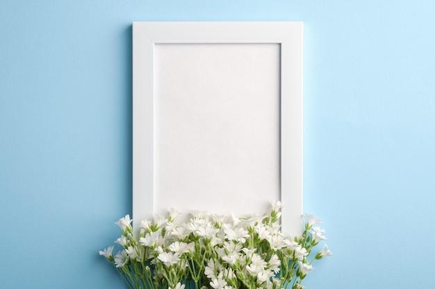 Makieta Białej Ramki Na Zdjęcia Z Kwiatami Chickweed Ucha Myszy Premium Zdjęcia