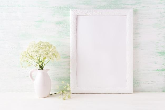 Makieta Białej Ramki Z Delikatnymi Kwiatami Polnymi W Dzbanku Premium Zdjęcia