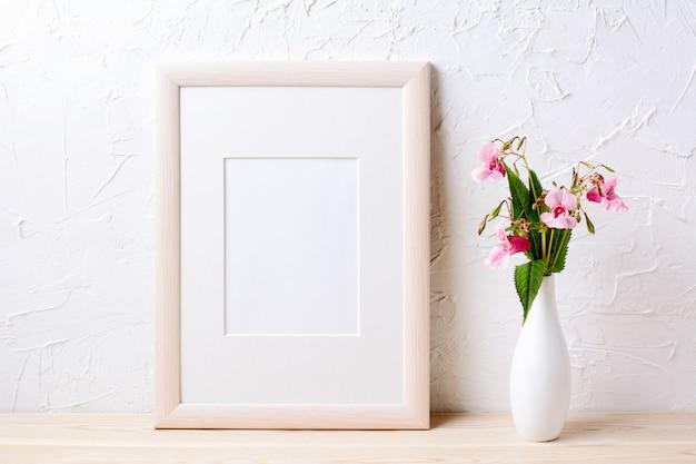 Makieta Drewnianej Ramy Z Fioletowymi Kwiatami W Eleganckim Wazonie Premium Zdjęcia