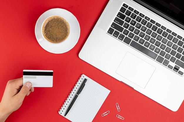 Makieta karty kredytowej obok kawy i notebooka Darmowe Zdjęcia