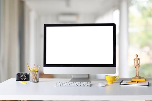 Makieta Komputerowa, Kawa, Aparat Fotograficzny I Materiały Biurowe Na Biurowym Stole W Kreatywnym Obszarze Roboczym. Premium Zdjęcia