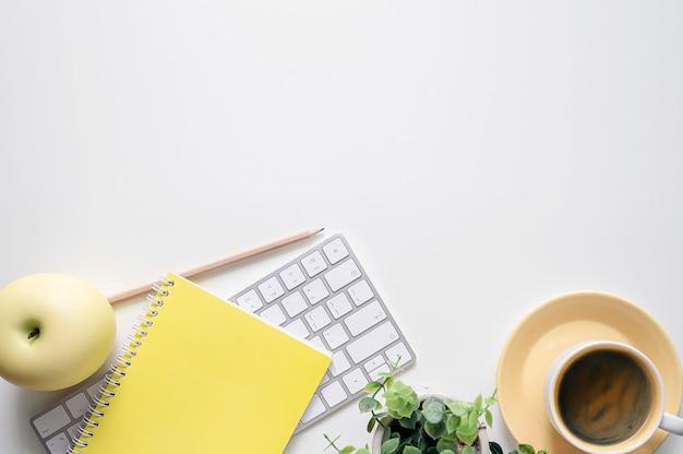 Makieta Komputerowa Klawiatura Z Dostawami Na Białym Stole. Premium Zdjęcia