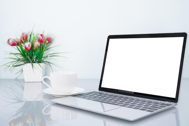 Makieta Laptopa I Filiżanka Kawy Z Kwiatem Premium Zdjęcia