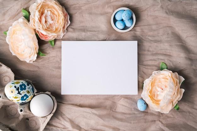 Makieta Na Gratulacje Wielkanocne Lub Reklamy. Szablon Białej Karty I Pisanki Z Farbą Akrylową Premium Zdjęcia